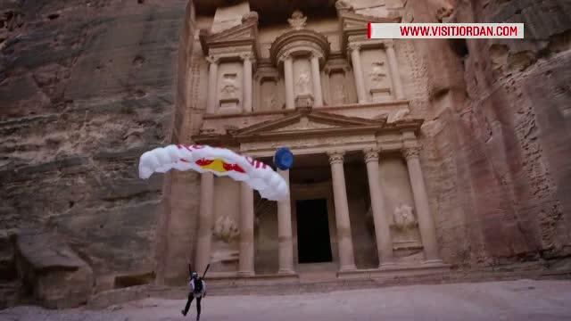 15 secunde! Atat a durat un salt spectaculos cu parasuta in fabuloasa cetate iordaniana de la Petra
