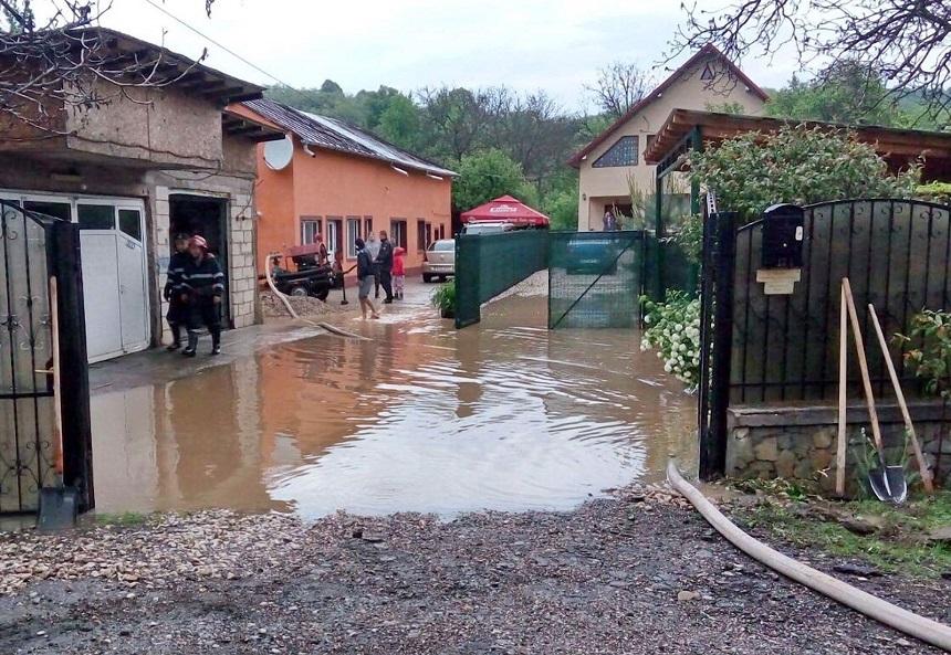 Cod rosu de inundatii in judetele Bacau si Vaslui. Mai multe gospodarii au fost inundate in Vaslui dupa o ploaie torentiala