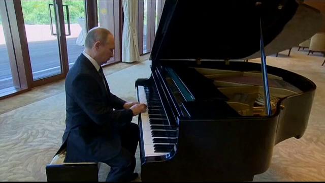 Talentele lui Vladimir Putin sunt nenumarate. A cantat la pian inaintea unei intalniri cu presedintele Chinei. VIDEO