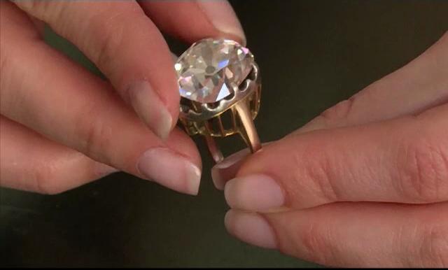 Suma enorma cu care s-a vandut un inel luat cu 10 lire din talcioc. Proprietara nu a stiut 25 de ani ca are un diamant urias