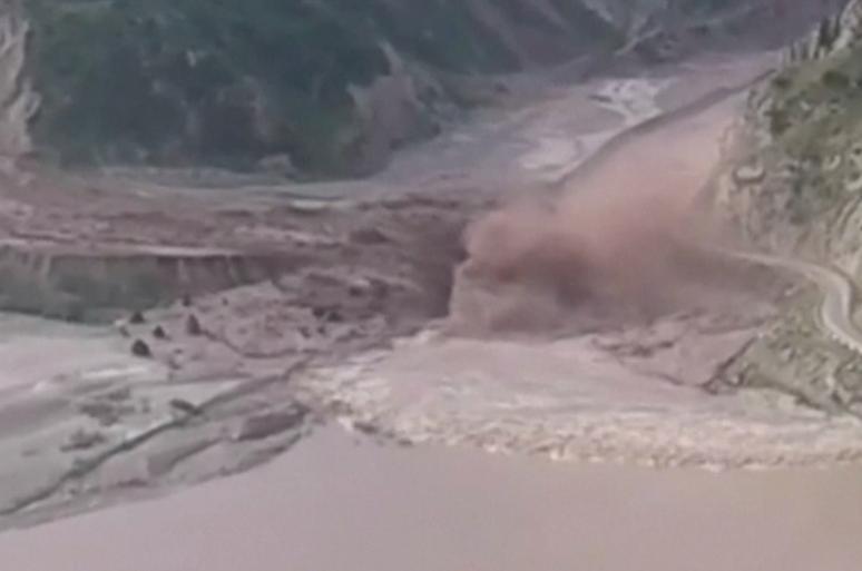 O uriasa alunecare de teren a fost filmata de un martor intr-o regiune muntoasa din Tadjikistan