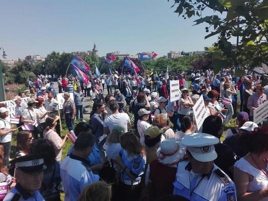 Protest al functionarilor publici in fata Parlamentului. Bugetarii spun ca noua grila de salarizare va politiza administratia
