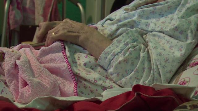 O batrana de 82 de ani, imobilizata la pat, a fost jefuita de 70.000 de euro.