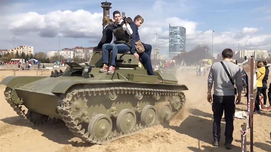 Momentul în care 3 oameni sunt călcați de un tanc. VIDEO