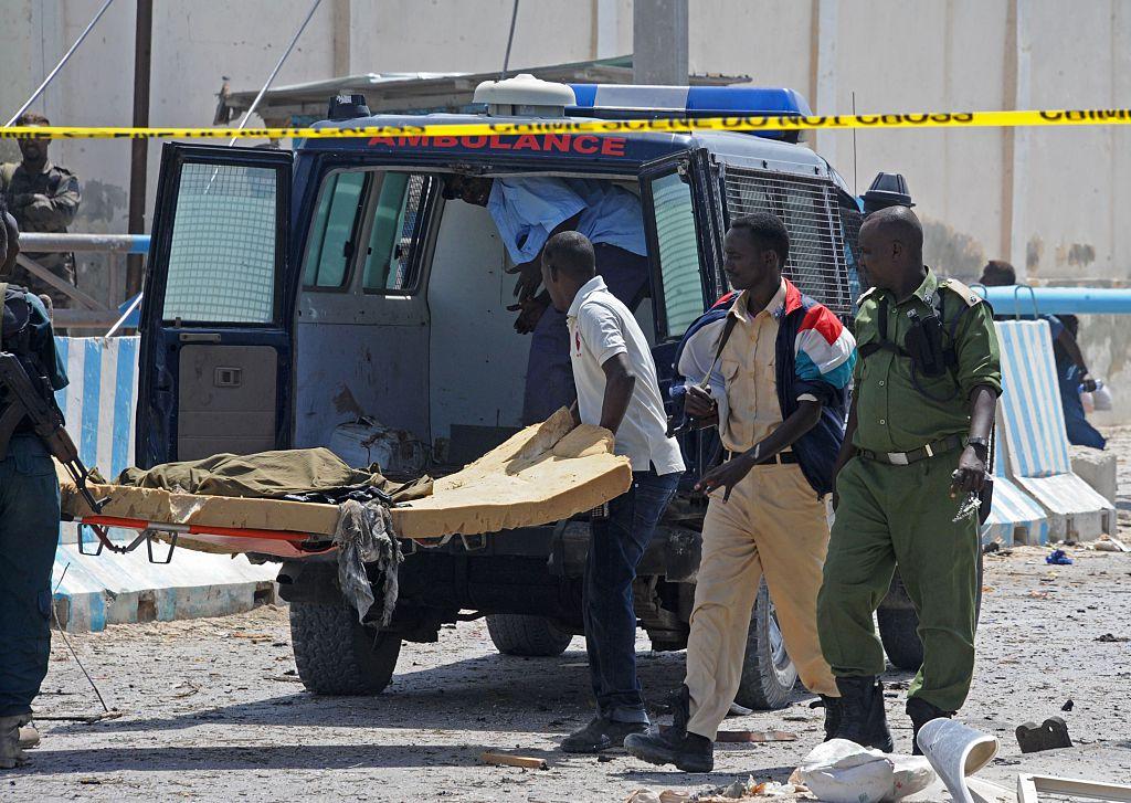 """O femeie cu """"11 soți"""" a fost îngropată până la gât și ucisă cu pietre în Somalia"""
