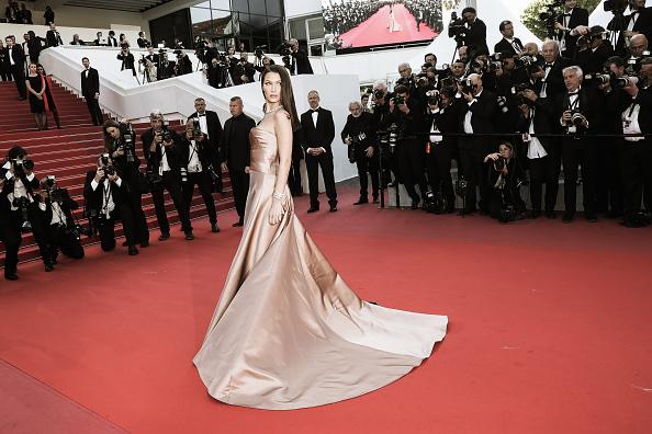 Bella Hadid a avut o apariţie spectaculoasă pe covorul roşu de la Cannes