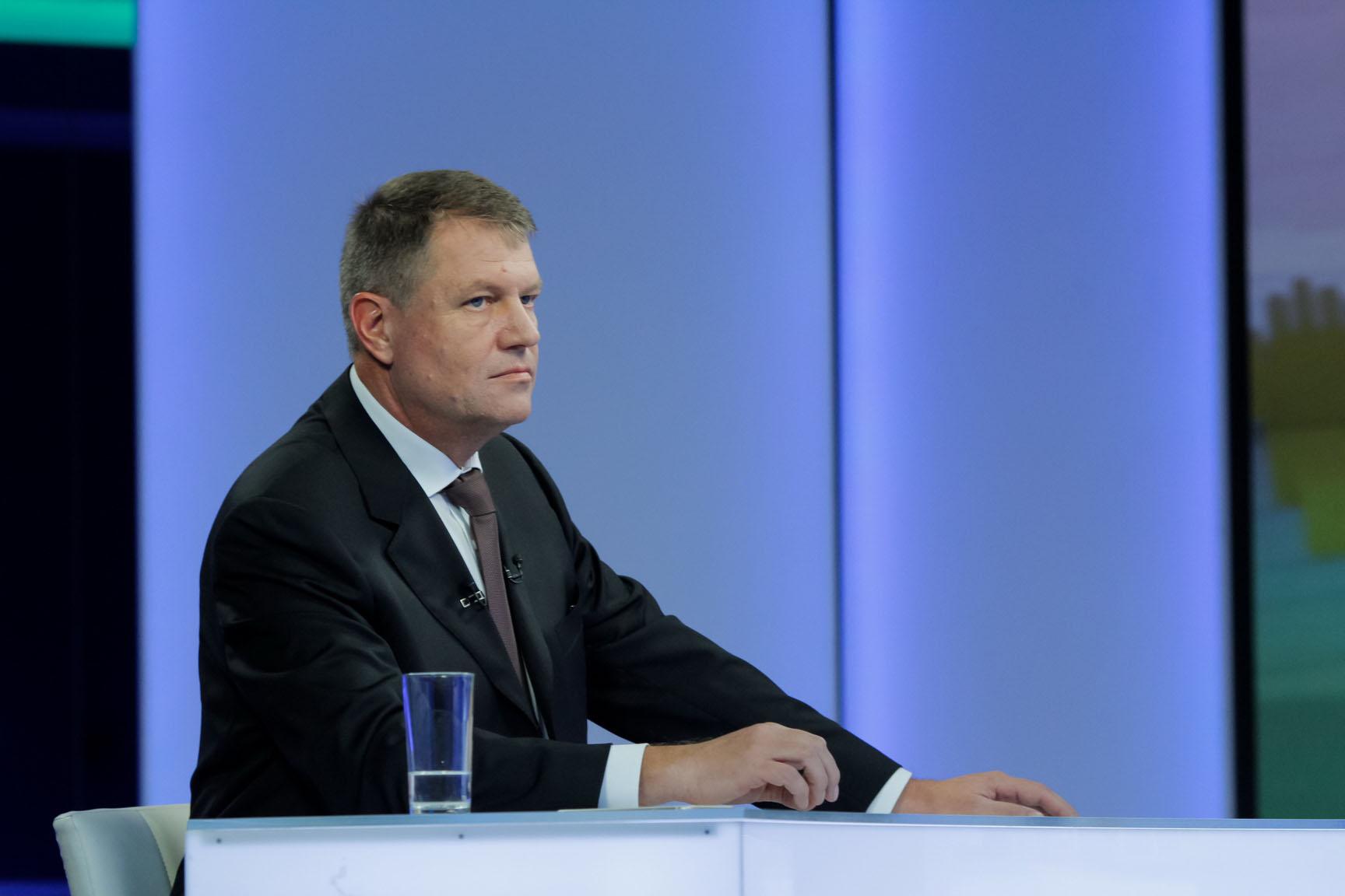 Klaus Iohannis merge joi în judeţul Argeş. Participă la o dezbatere şi vizitează uzina din Mioveni