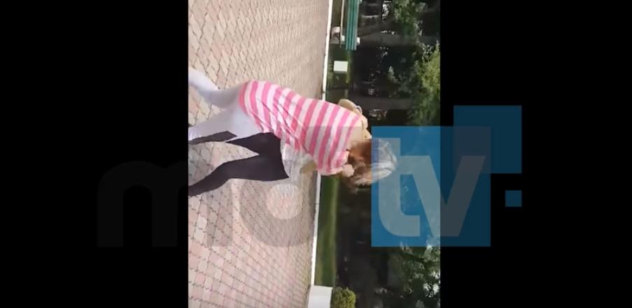 Bătaie între două adolescente, într-un parc din Pucioasa. Poliția a deschis dosar penal