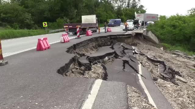 Crater uriaș pe un drum național. Șoferii povestesc cum au fost la un pas de tragedie