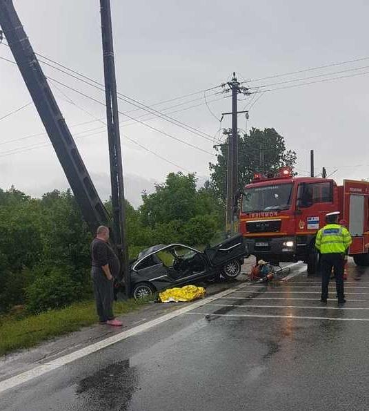 Accident grav pe Valea Oltului, unde o mașină a intrat într-un stâlp. O persoană a murit, două au fost rănite