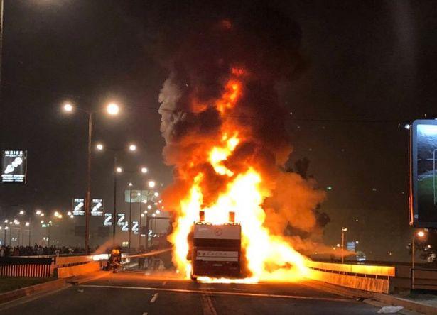 Autobuzul echipei Steaua Roșie Belgrad, cuprins de flăcări în timp ce jucătorii sărbătoreau