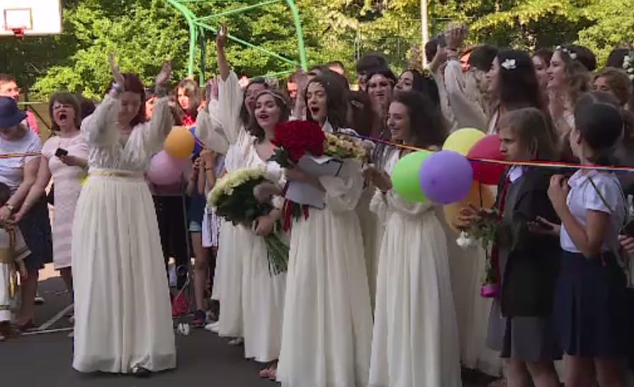 Parade în Capitală, cu absolvenții de clasa a 12-a. Mulți dintre ei vor pleca la studii în străinătate
