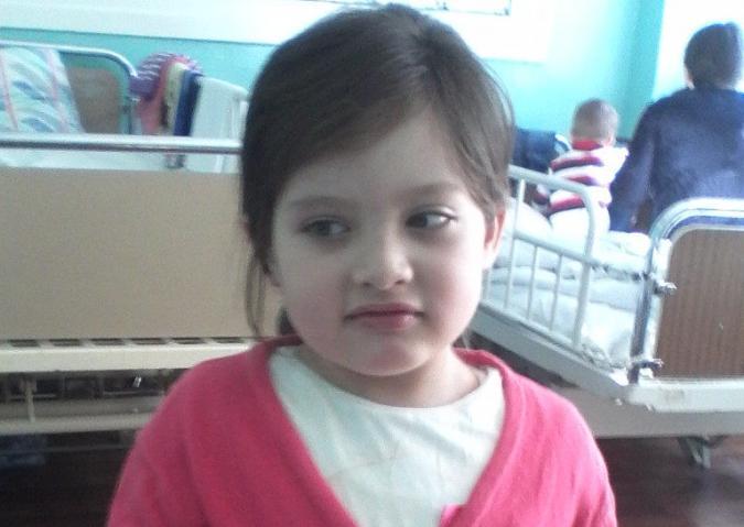 O fetiță de 6 ani se luptă cu o tumoare la creier. Tratamentul costă 69.000 de euro