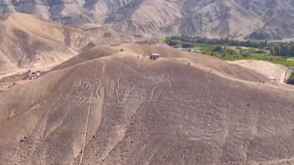 Misterioasele desene gigantice, vechi de 2.000 de ani, descoperite în Peru