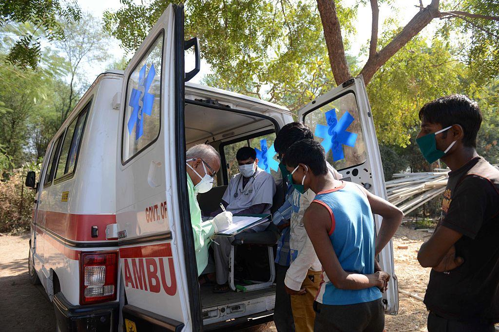 Un virus misterios a ucis 13 oameni în India, după ce le-a distrus creierele