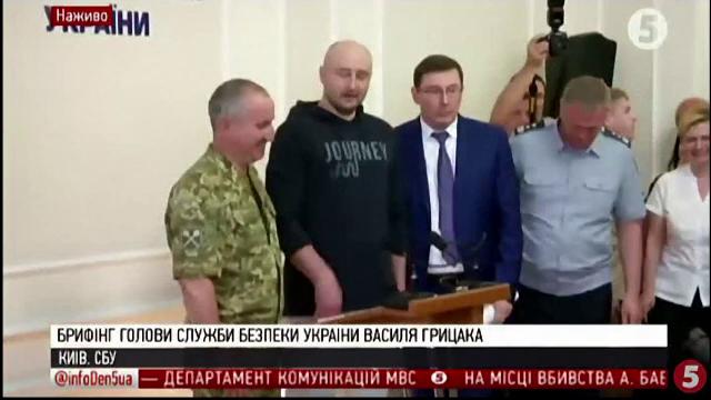"""Momentul în care jurnalistul rus anunțat """"mort"""" apare viu în fața presei. """"Îmi cer iertare"""""""