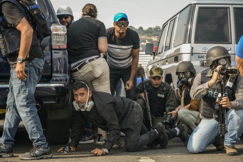 Lupte între susținătorii lui Maduro și Guaido. Mașinile armatei au trecut peste oameni