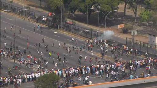Criza din Venezuela, noi proteste. Manifestanți anti Maduro, atacați de poliție. VIDEO