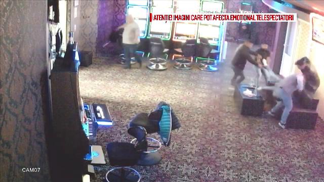 Momentul în care mai mulți bărbați se bat cu pumnii și picioarele într-un cazinou