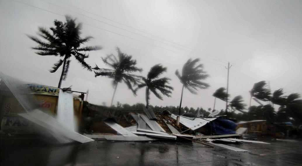 Nord-estul Indiei, lovit de un ciclon uriaş. Rafelele de vânt ajung la 240 km/h