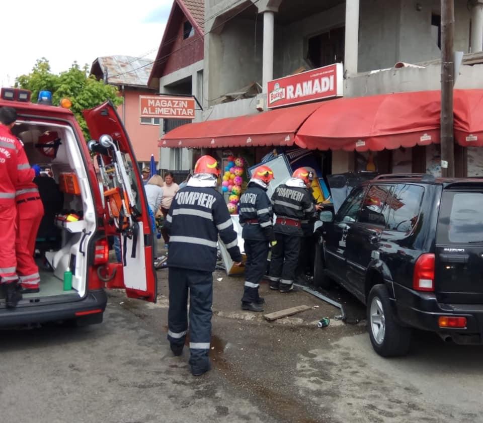 Maşină scăpată de sub control, la Tg. Jiu. A lovit un pieton, apoi a intrat într-un magazin