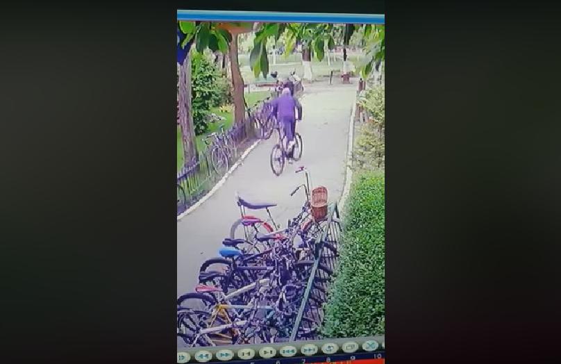 Hoți de biciclete din Capitală prinși după ce au fost recunoscuți pe camere