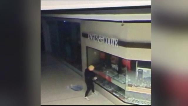 Momentul în care un bărbat deghizat în Donald Trump fură un pumn de bijuterii