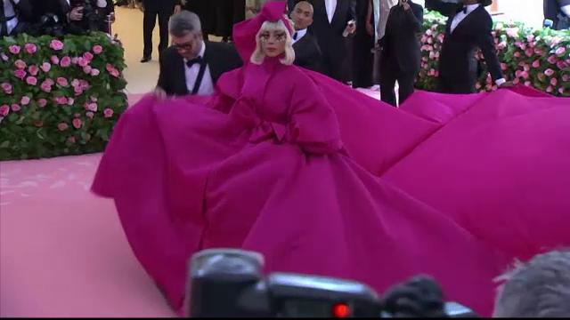 Met Gala 2019. Lady Gaga, pusă în dificultate de rochia uriașă purtată. Ce a pățit