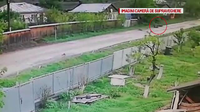 Momentul în care un biciclist intră într-un pieton, apoi cade pe asfalt și moare