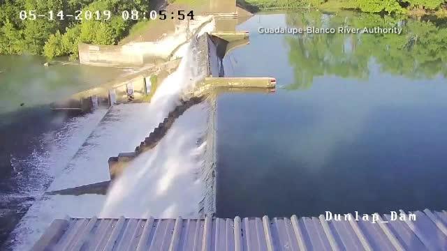 Momentul în care un baraj s-a rupt sub presiunea apei dintr-un lac, în Texas
