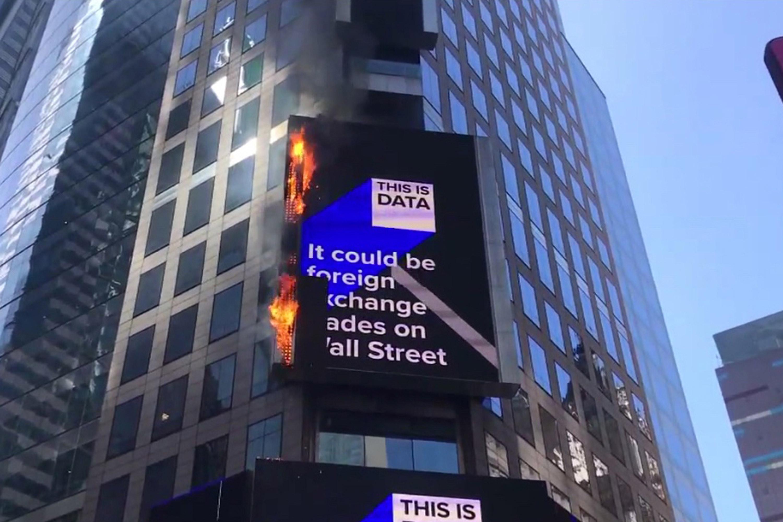 Momentul în care un ecran uriaș din Times Square ia foc. VIDEO
