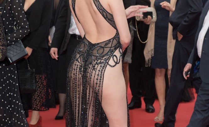 Cine este actrița care a defilat aproape goală pe covorul roșu, la Cannes. FOTO