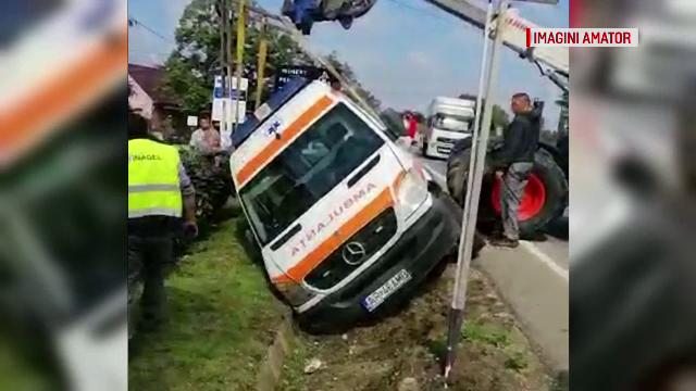 Ambulanță care mergea la Raliul Aradului, răsturnată într-un șanț de un șofer neatent
