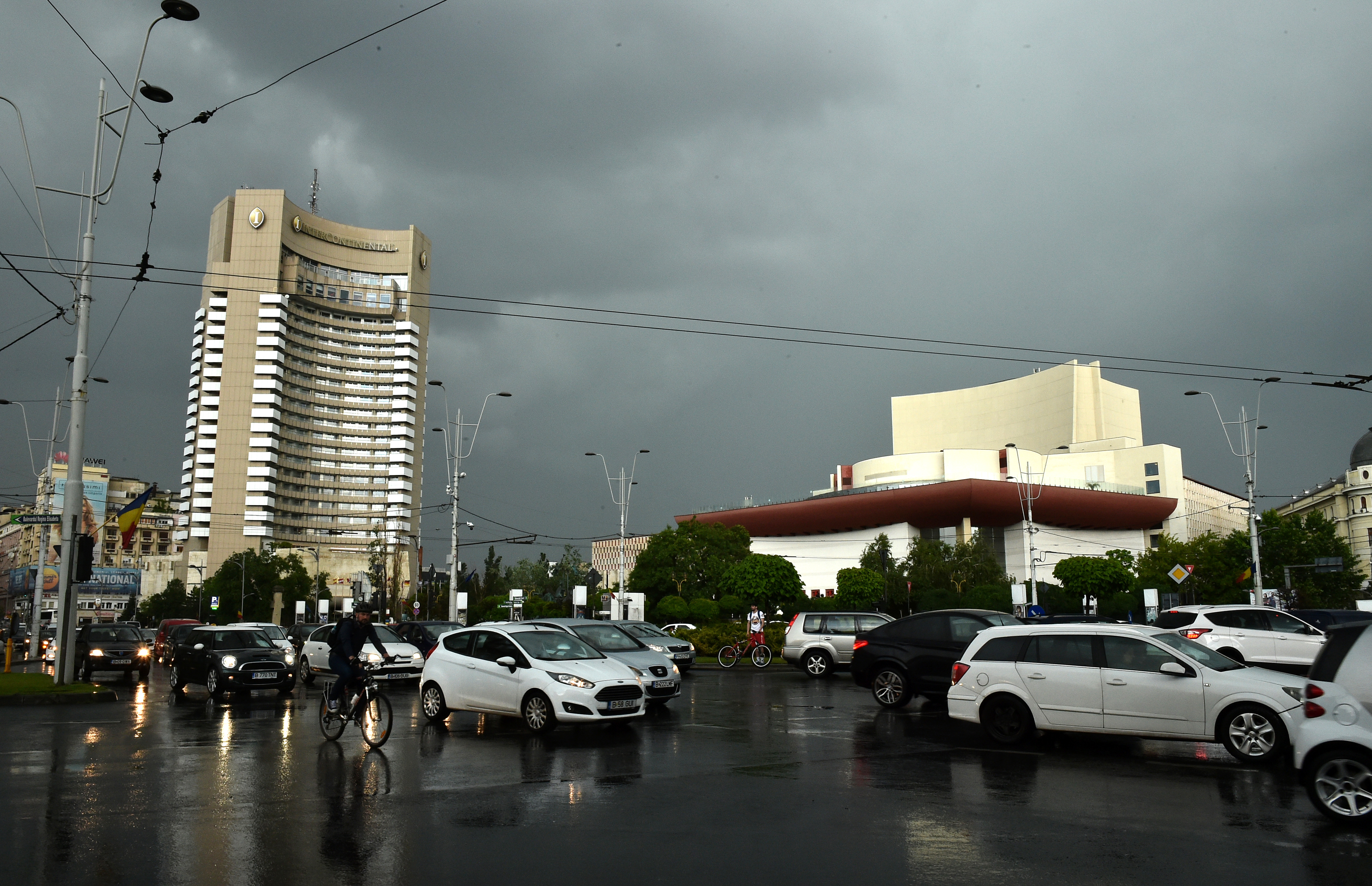Atenționare meteo în Capitală. Cod portocaliu de ploi torențiale și vânt puternic