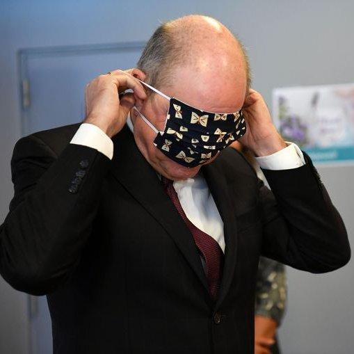 Imagini virale cu vicepremierul Belgiei încercând fără prea mare succes să-şi pună o mască