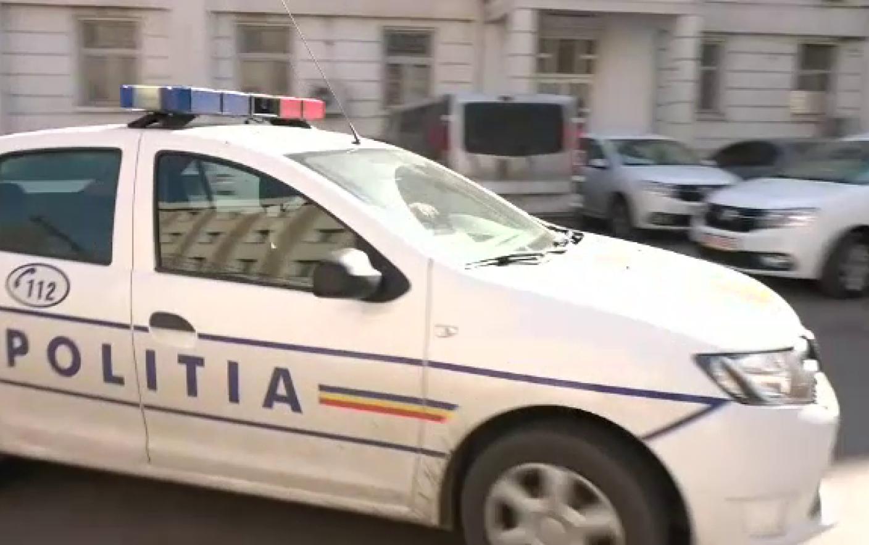 O adolescentă din Botoșani s-a aruncat din mașina în mers, într-o criză de gelozie. Ce au descoperit polițiștii