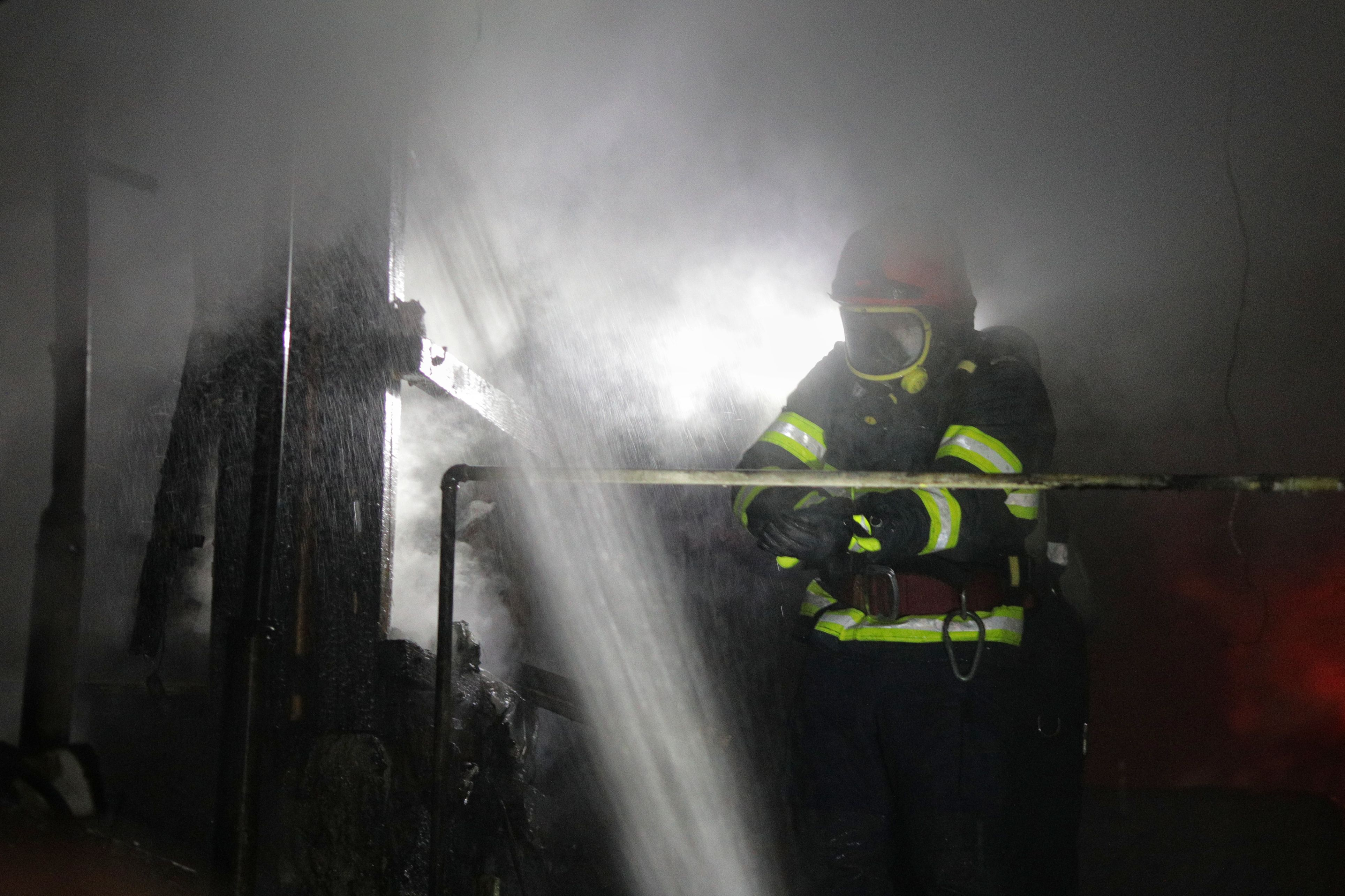 I-a ars casa de patru ori în două săptămâni. Cum a fost posibil