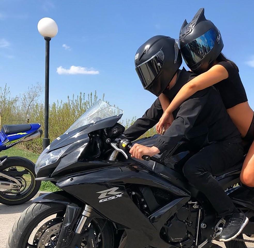 Tinere în bikini minusculi pe motociclete, în ciuda restricţiilor. Reacţia poliţiei. GALERIE FOTO