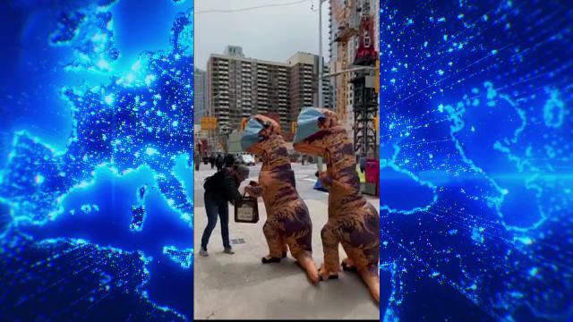 Gest inedit. Motivul pentru care o mamă și fiica ei au ieșit pe stradă costumate în dinozauri