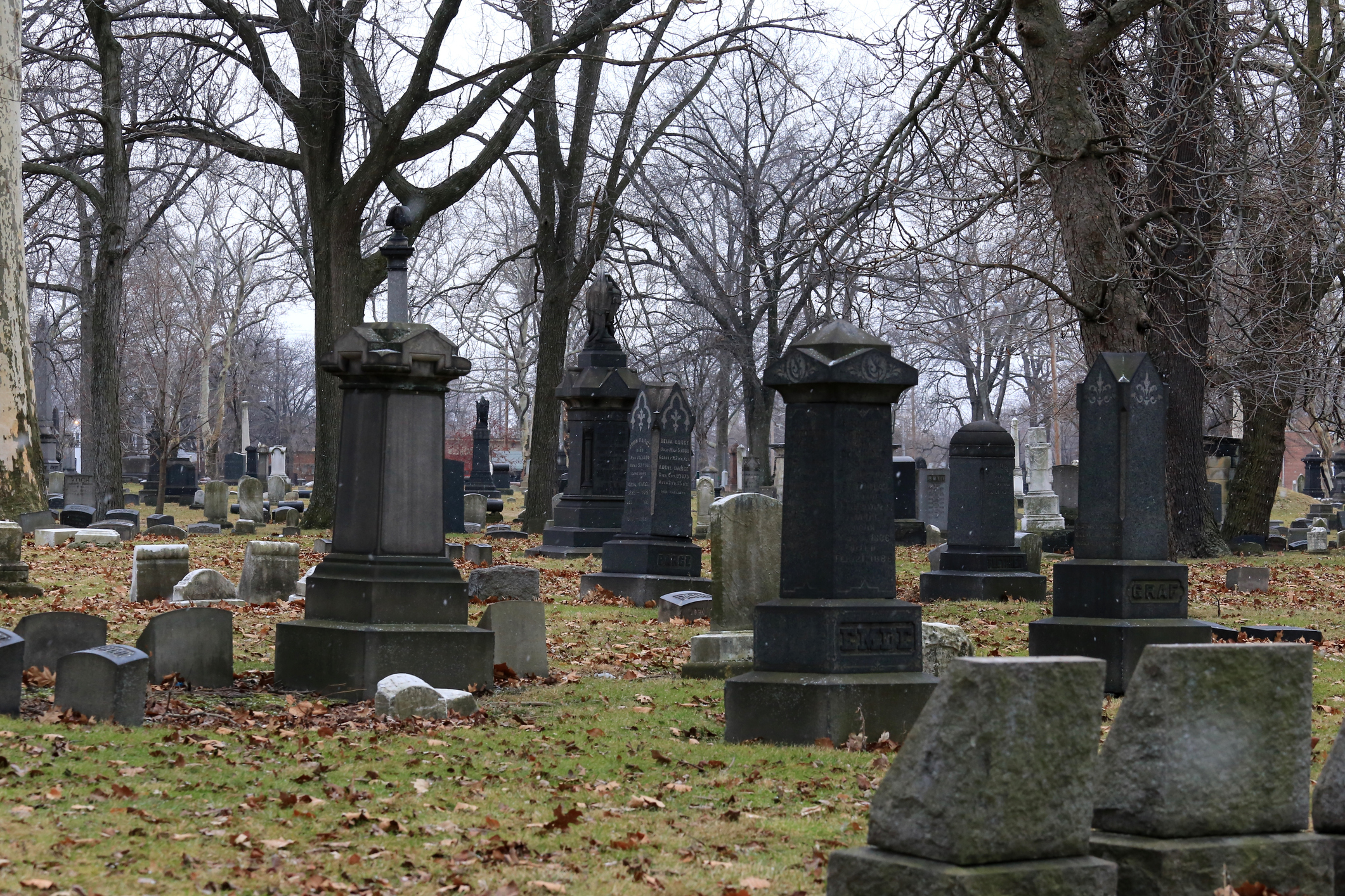 """Imagini șocante într-un cimitir. Cum a fost surprins un cuplu, printre morminte: """"Nu mă așteptam la o astfel de mizerie"""""""