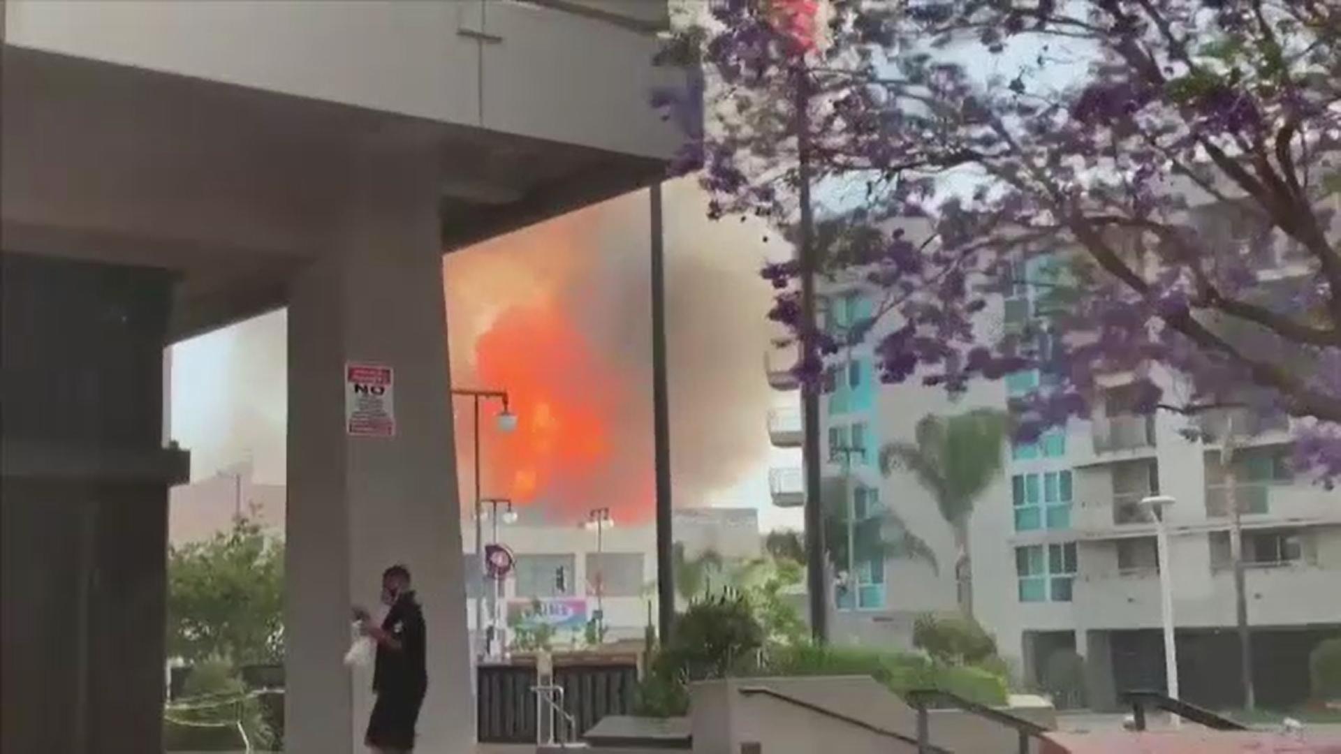 Încendiu masiv într-un centru comercial din Los Angeles