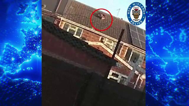 VIDEO. Cum a încercat un infractor să scape de un seif cu bani, în timp ce poliția era la ușă