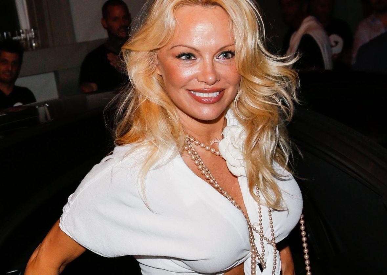 Pamela Anderson, reclamă la un serviciu de videochat în lenjerie intimă