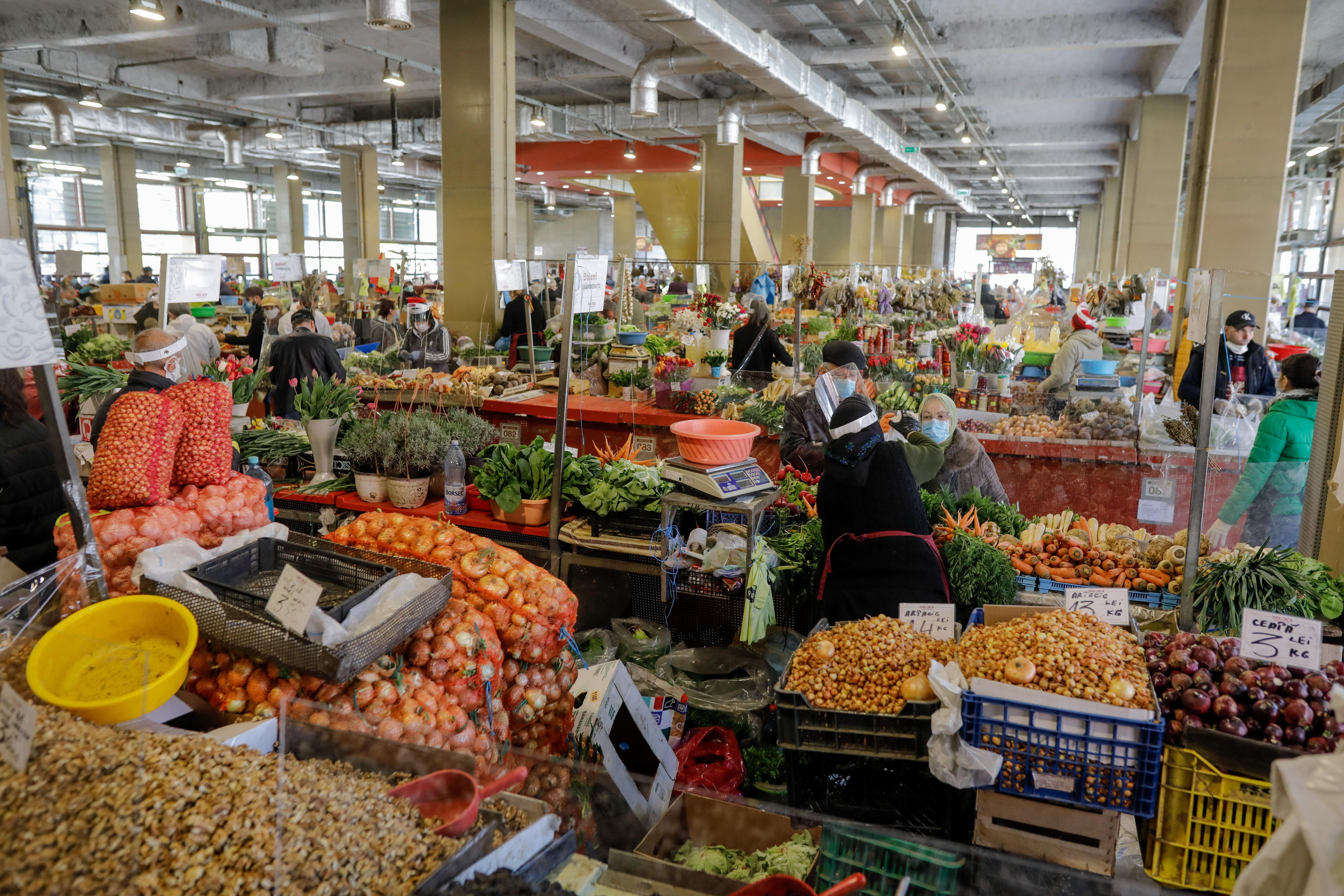 Alimentele de bază, mai ieftine față de anul trecut, potrivit cifrelor oficiale. Ce s-a scumpit