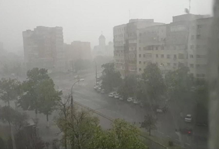 Vreme rece în aproape toată țara, cu ploi și vânt puternic. La munte va ninge