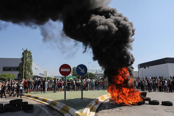 VIDEO. Proteste la Barcelona. Muncitorii au ars cauciucuri, după ce Nissan a închis fabrica