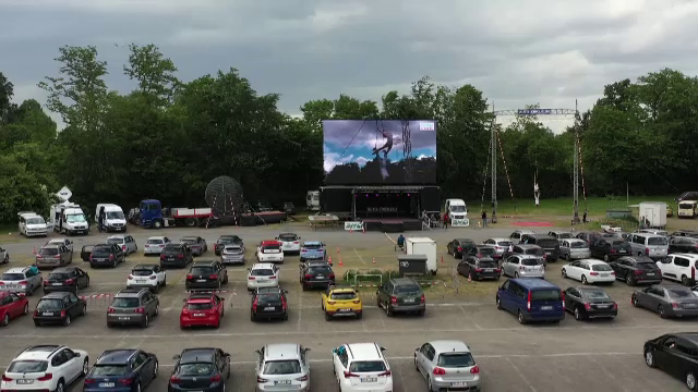 Cinematografele drive-in, o nouă soluție pentru petrecăreți. Modul inedit în care a avut loc o reprezentație de circ