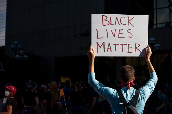 După Minneapolis, proteste violente într-un alt oraș din SUA. 7 persoane au fost împușcate