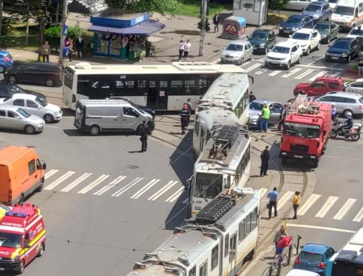 Un tramvai a deraiat și a lovit puternic un autoturism, într-o intersecție din București