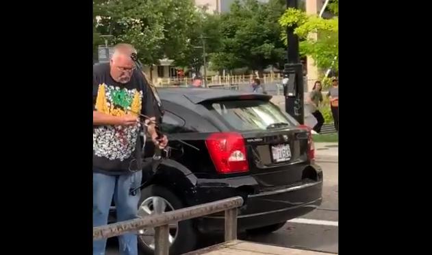VIDEO incredibil în SUA. Un bărbat a folosit un arc și o săgeată împotriva protestatarilor